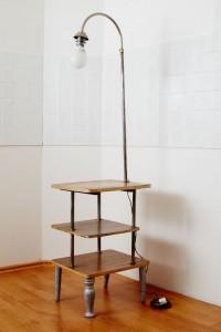 stolik z lampą